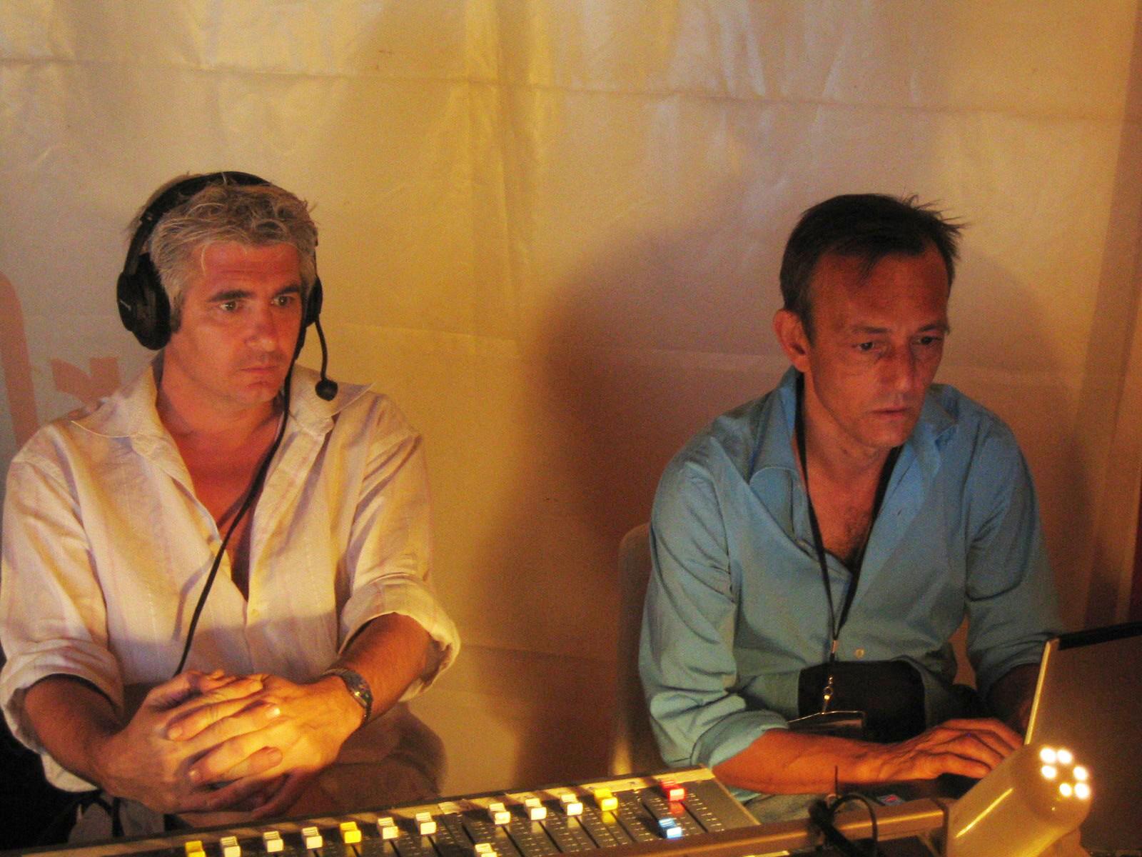 Claude Verlon (d) et Olivier Roux (g), deux techniciens de reportage en pleine action, au sommet Afrique-France de Bamako, le 1er décembre 2005.