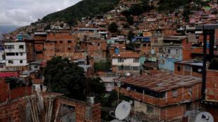 Selon le cabinet Ecoanalitica, trois milliards de dollars ont été envoyés par la diaspora en 2017. ( Photo : une vue du bidonville de La Vega à Caracas)