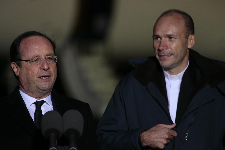 François Hollande et le père Georges Vandenbeusch, à l'aéroport de Villacoublay, ce mercredi 1er janvier 2014.