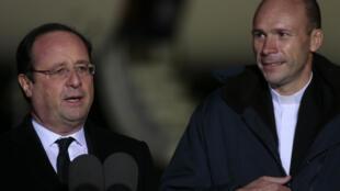 François Hollande y Georges Vandenbeusch, a su llegada en el aeropuerto de Villacoublay, este primero de enero de 2014.