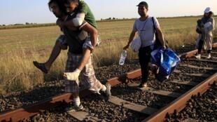 Uma família síria na fronteira da Sérvia com a Hungria.