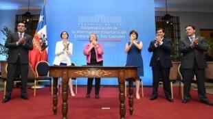 La presidenta Michelle Bachelet al presentar el proyecto de ley de aborto que permitiría interrumpir el embarazo por tres causas: inviabilidad fetal, riesgo de la vida de la madre y violación.