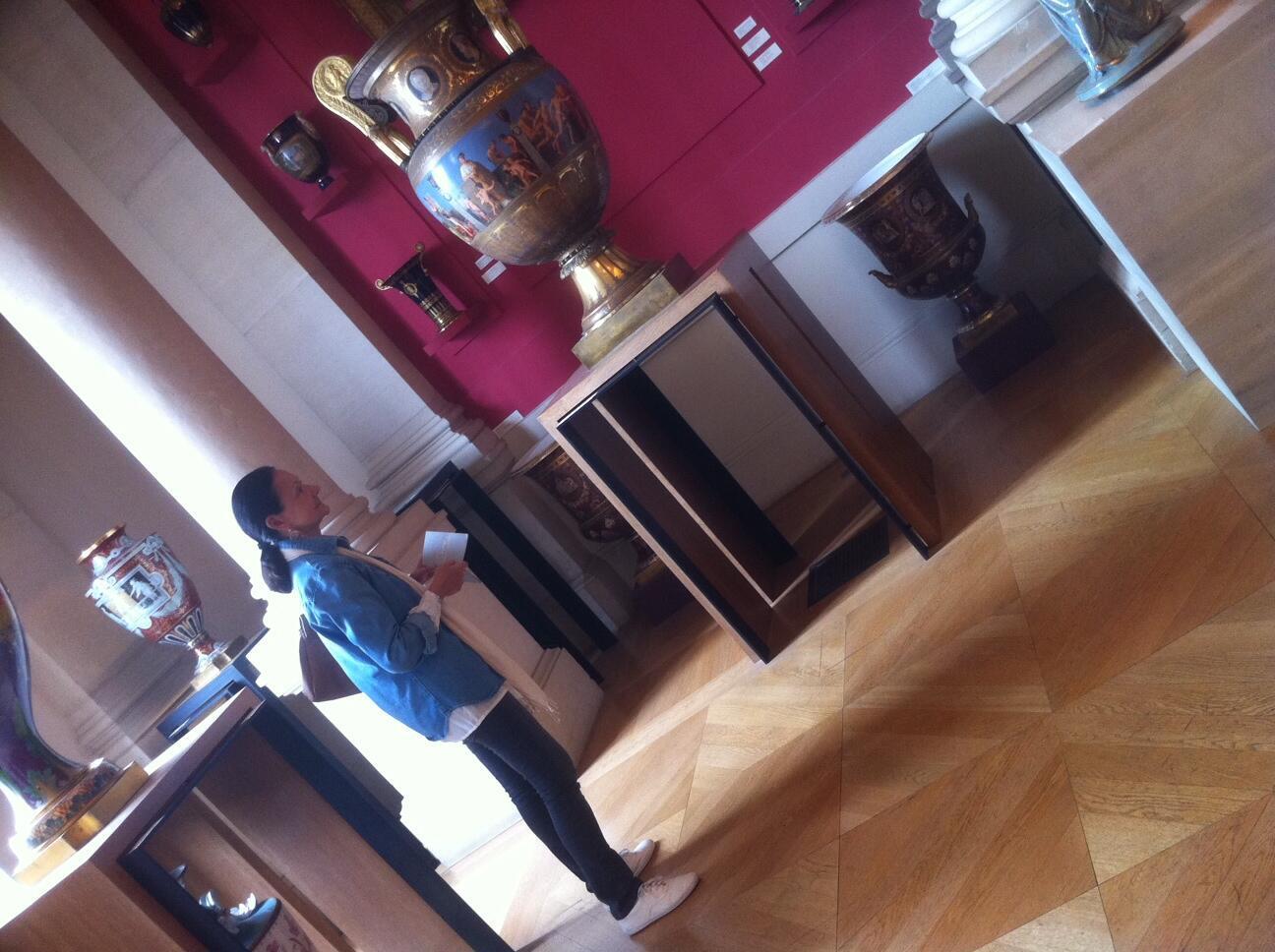 O acervo de jarros de porcelana do museu encanta os visitantes.