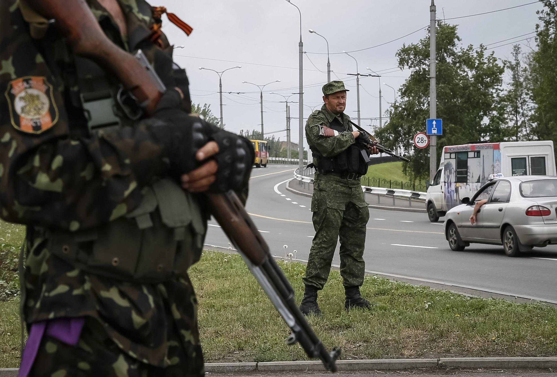 Des miliciens pro-russes lors d'un contrôle routier à Donetsk, le 1er juin.
