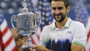 O croata Marin Cilic com o troféu de campeão do Aberto dos Estados Unidos.