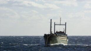 在意大利外海漂流的偷渡船EZADEEN上有450名非法移民