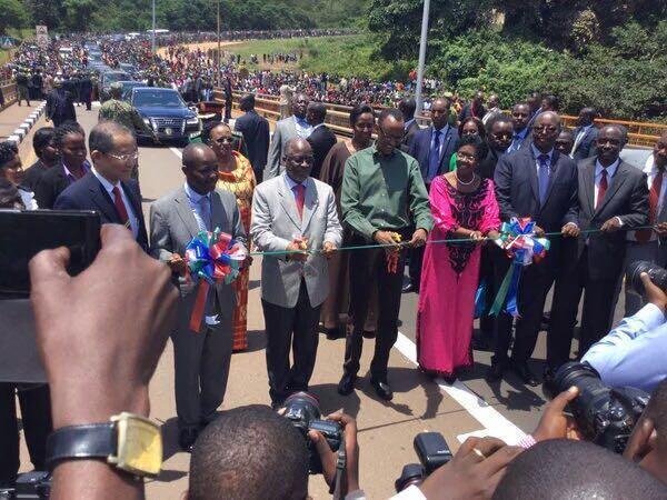Rais wa Tanzania John Pombe Magufuli na mwenyeji wake wa Rwanda Paul Kagame katika uzinduzi wa daraja la Rusumo.