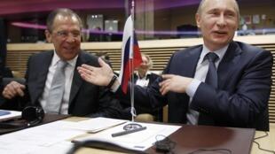 Sergei Lavrov (L) and Vladimir Putin in Brussels, 24 February 2011