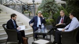 Ngoại trưởng John Kerry và phái đoàn Mỹ trong khuôn viên điện Coburg, Vienna - REUTERS /Carlos Barria