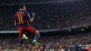 Neymar, comemorando um de seus gols na goleada do Barcelona contra o Rayo Vallecano.