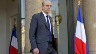 O ministro da defesa, Alain Juppé, anunciou a ajuda finaceira aos representantes dos rebeldes líbios.