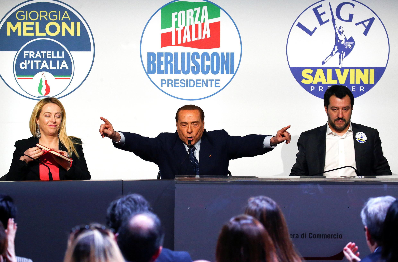 Silvio Berlusconi (centro), líder do partido Força Itália, durante comício em Roma em 1° de março de 2018.