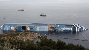 Коста Конкордия у берегов итальянского острова Джульо 31 января 2012 г.
