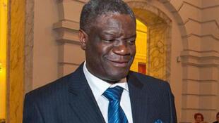 Le gynécologue Denis Mukwege, de la RDC, a reçu la Légion d'honneur à Panzi, ce 8 juillet 2013, des mains de Yamina Benguigui.