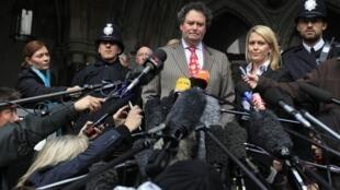 Mark Stephens (au centre) l'avocat de Julian Assange, le 16 décembre 2010.