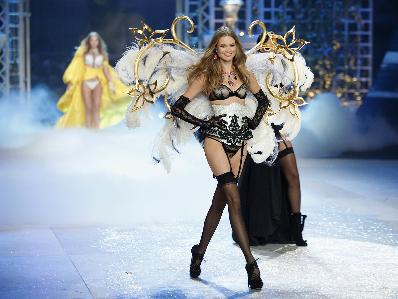 Секси-модели на дефиле нижнего белья Victoria's Secret в Нью-Йорке 07/11/2012