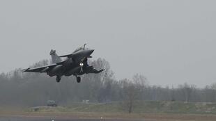 Un Rafale despegando este mediodía de la base aérea de Saint-Dizier.