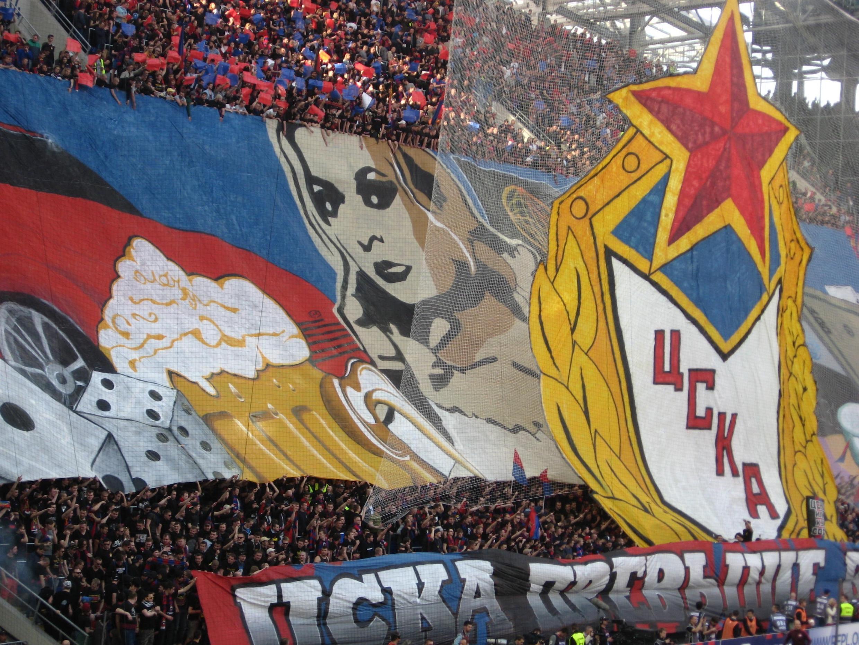 Plus sage, ce joli tifo proposé par les supporters du CSKA Moscou. La passion pour l'ancien club de l'Armée Rouge est réelle. Les chants vont durer tout le match.