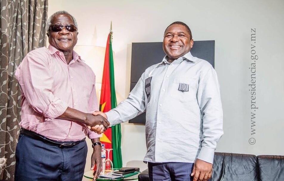 O Presidente Moçambicano (à direita) juntamente com o líder da Renamo, Afonso Dhlakama.