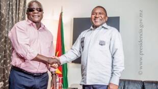 O Presidente Moçambicano Filipe Nyusi (à direita) e o líder da Renamo Afonso Dlhakama