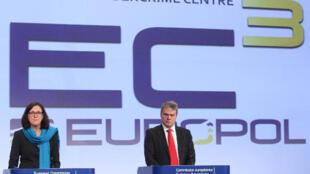 Conférence de presse de présentation du Centre européen de lutte contre la cybercriminalité. Troels Oerting (à droite) en est le responsable.