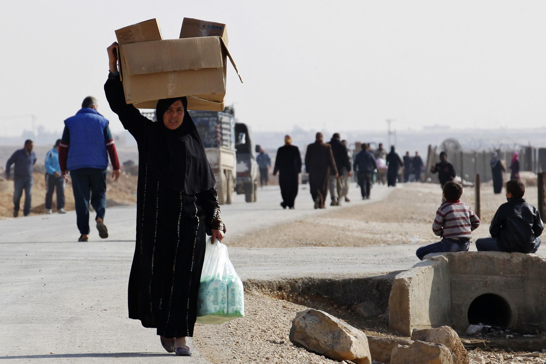 Xung đột Syria khiến nhiều người dân lên đường lánh nạn đến gần vung biên giới  Jordani - REUTERS/Muhammad Hamed