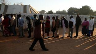 津巴布韦民众2018年7月30日踊跃排队投票