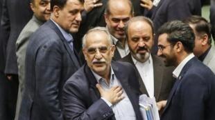 Bộ trưởng Kinh Tế Iran Masoud Karbasian (G) tại Nghị Viện ở Teheran ngày 26/08/2018 trước khi bị bỏ phiếu sa thải.