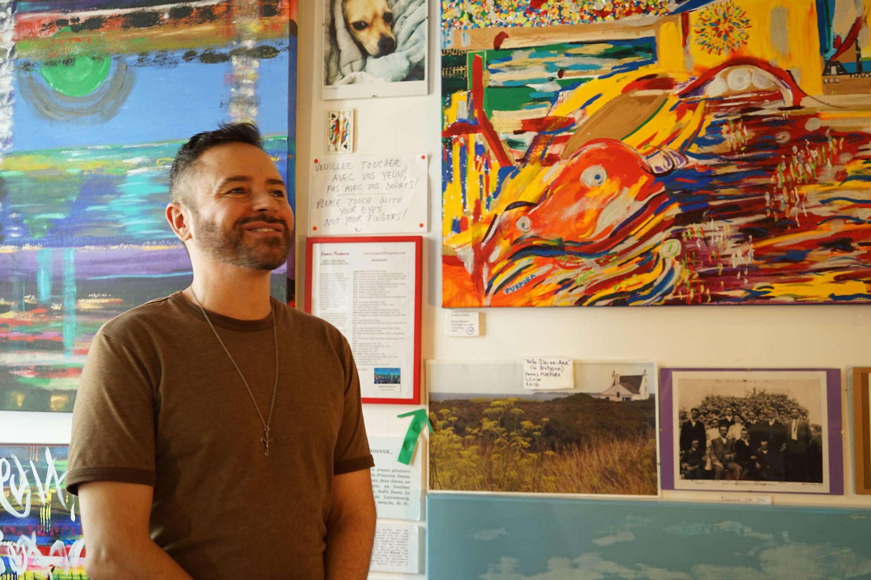 O americano James Purpura diante de seus quadros no 59 Rivoli.