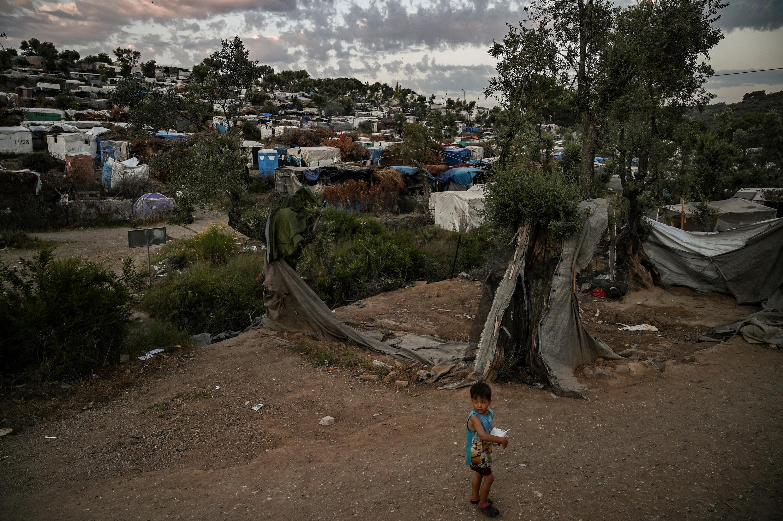 Uma criança caminha perto do campo de refugiados de Moria, na ilha grega de Lesbos, em 21 de junho de 2020.