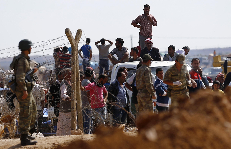 Người Kurdistan ở Syria vượt biên giới vào Thổ Nhĩ Kỳ tị nạn, 30/09/2014.