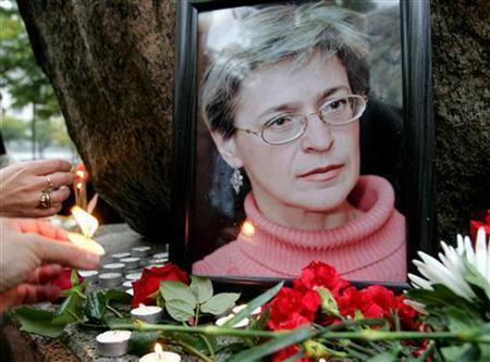 Người dân đặt nến và hòa trước chân dung nữ ký giả người Nga, Anna Politkovskaya tại St. Petersburg, 08/10/2006.