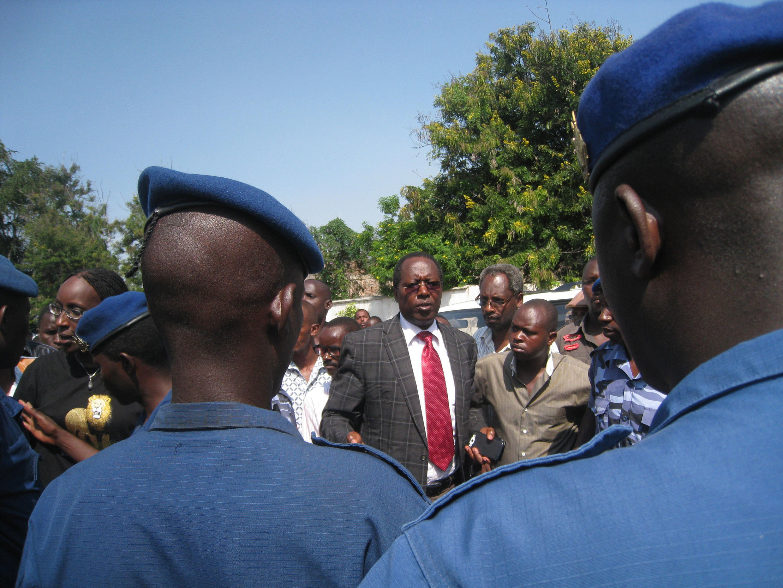 Le président limogé de l'Uprona, Charles Nditije, entouré de quelques militants se heurte à un barrage de la police, le 1er février 2014.