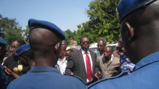 Le président limogé de l'Uprona, Charles Nditije, entouré de quelques militants, se heurte à un barrage de la police, le 1er février 2014.