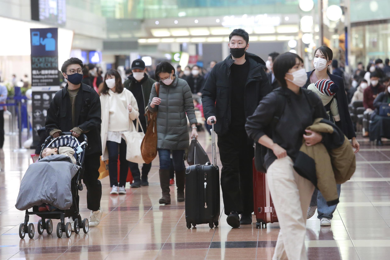 法广存档图片:日本东京羽田机场在四名来自巴西的旅客身上发现一种新的病毒变异。 Image d'archive RFI: Des passagers japonais à l'aéroport Haneda à Tokyo, où 4 voyageurs en provenance du Brésil ont été détectées porteuses d'un nouveau variant du Covid-19.