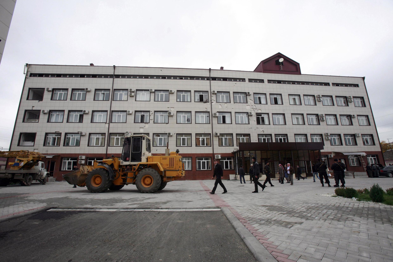 Quang cảnh trụ sở Quốc hội Tchechenia ngày 19/10/ 2010 vài giờ sau vụ tấn công tự sát của phiến quân Hội giáo.