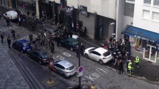 Agentes da polícia em torno do corpo do homem que atacou uma esquadra em Paris  a 7 de Janeiro de 2016.