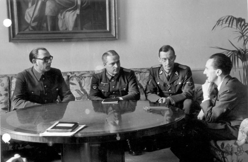 Bundesarchiv_Bild_183-H27774,_Wlassow_und_Schilenkow_bei_Goebbels