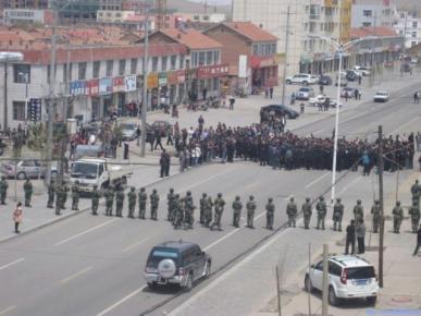 Cảnh sát Trung Quốc phong tỏa đường phố để ngăn chận những người biểu tình ở Nội Mông, ngày 23/05/2011