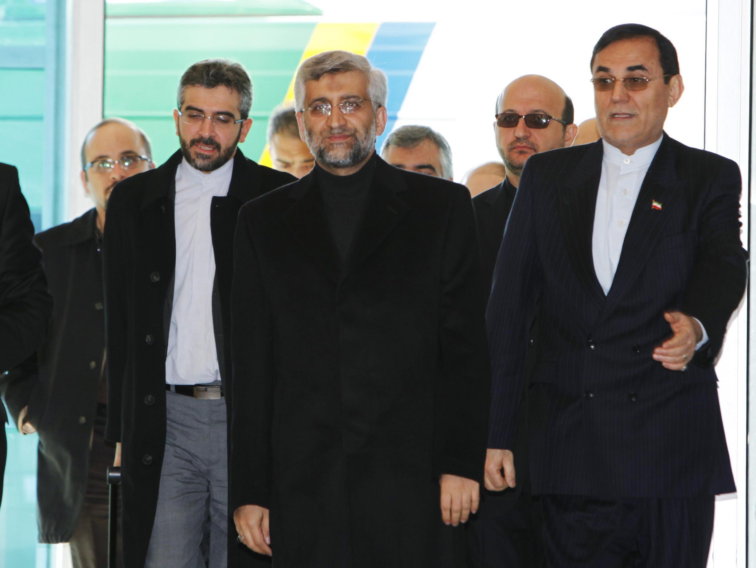 O negociador chefe do Irã, Saeed Jalili (centro), na chegada ao aeroporto de Istambul,  dia 20 de janeiro de 2011.