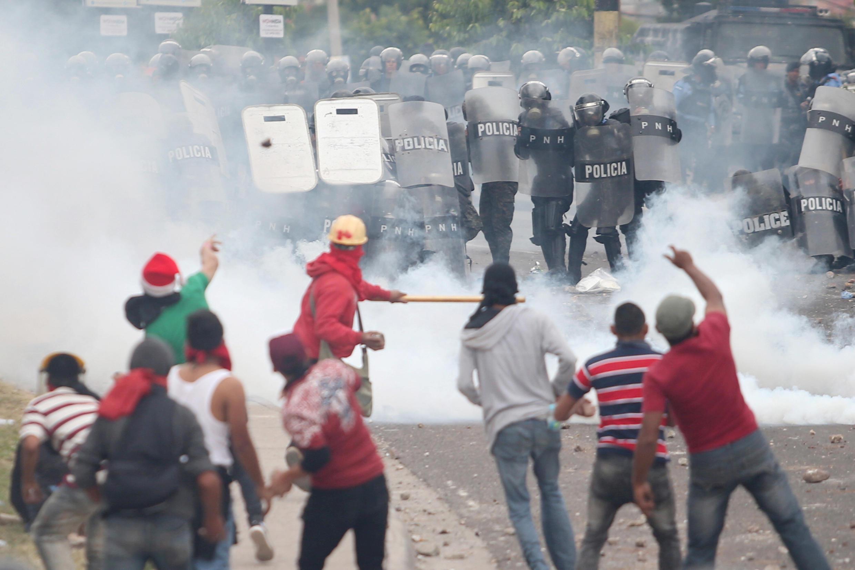 Partidários de Salvador Nasralla enfrentam as forças da ordem em Tegucigalpa.30 de Novembro de 2017