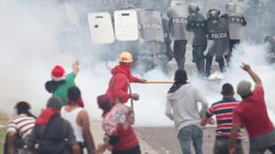 Confronto entre partidários de Salvador Nasralla e a polícia em Tegucigalpa, Honduras
