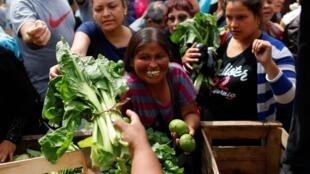 Les producteurs de légumes, en grève après la hausse des taxes sur le soja, distribuent leurs produits devant le palais présidentiel Casa Rosada, à Buenos Aires en Argentine, le 10 mars 2020.
