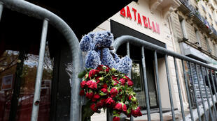 Flowers of rembrance for the victims of the 13 November 2015 attacks in Paris
