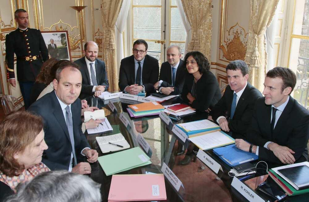 """ملاقات امروز سندیکاهای فرانسه با نخست وزیر این کشور """"مانوئل والس"""" و وزرای کار و اقتصاد فرانسه """"میریم الخمری"""" و """"اِمانوئل مَکروُن"""". دوشنبه ٧ مارس ٢٠۱۶"""