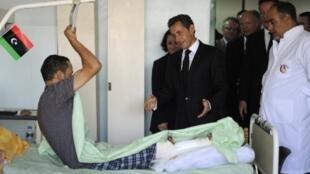 法国总统萨科齐与英国首相卡梅伦在的黎波里一家医院看望伤员,2011年9月15日