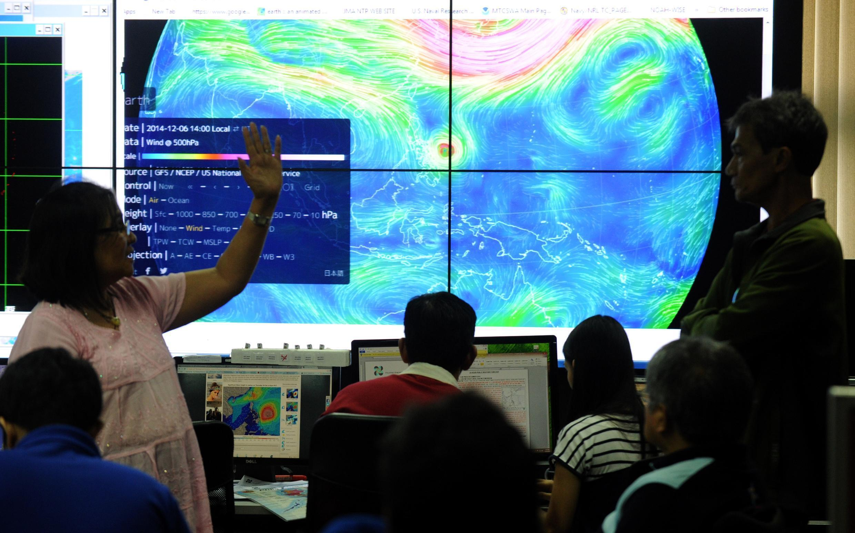 Metereologistas filipinos observam a trajetória do tufão Hagupit