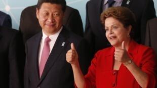 La presidenta de Brasil Dilma Rousseff y el presidente chino Xi Jinping antes de la foto oficial de la 6a. cumbre China-CELAC en Brasilia, el 17 de julio de 2014.