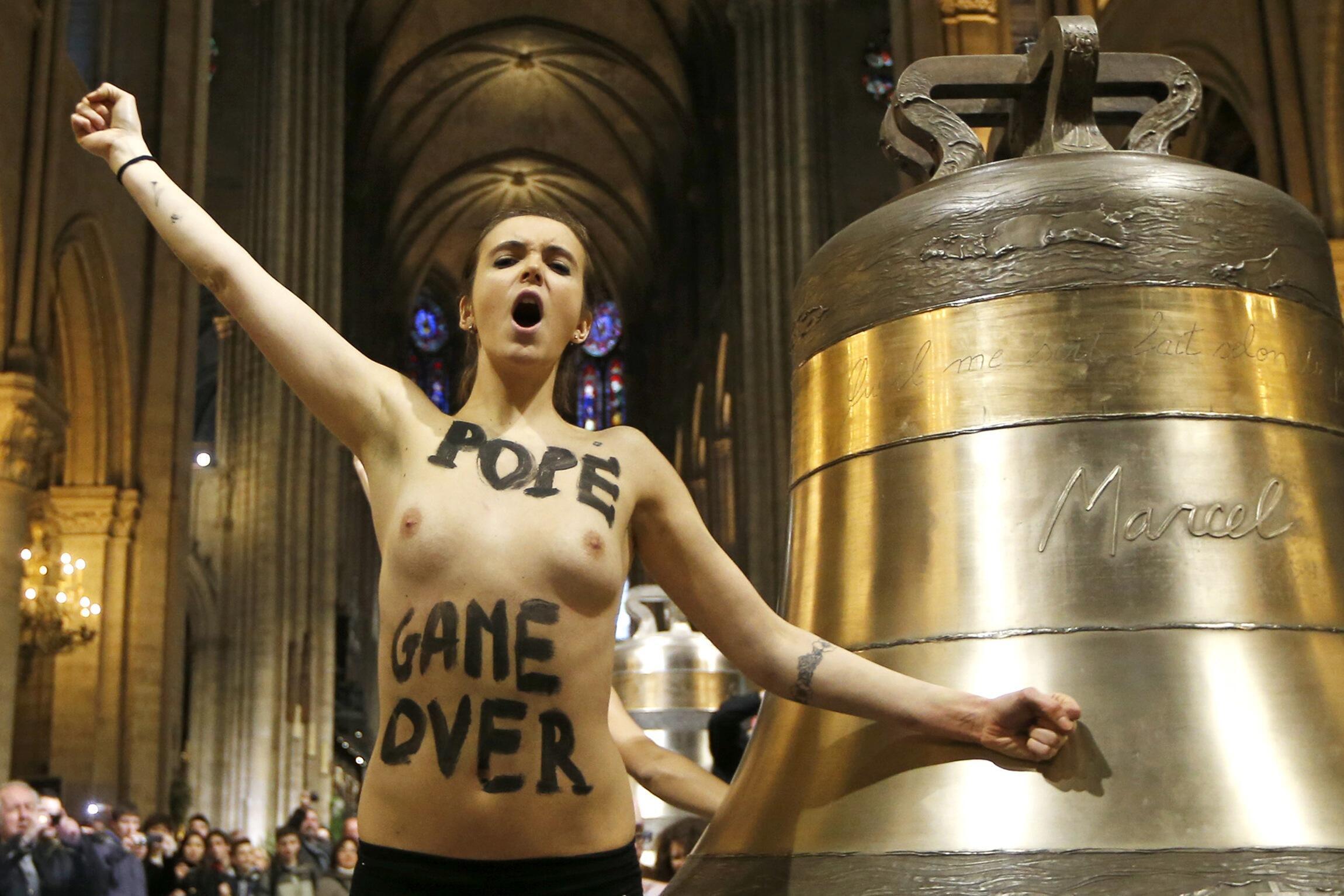 Manifestação feminista na Catedral de Notre Dame comemorando a renúncia do Papa