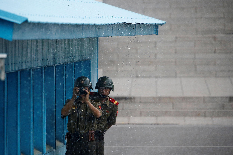 Lính Bắc Triều Tiên theo dõi hoạt động phía Nam tại vùng phi quân sự, tháng 7/2016.